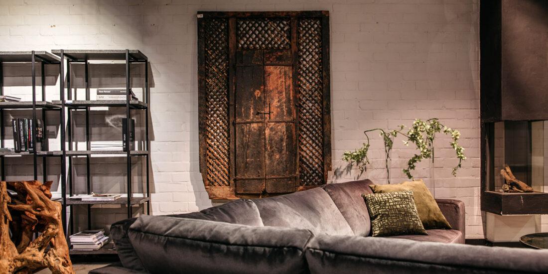 Antiek-houten-raam-met-deurtjes-1